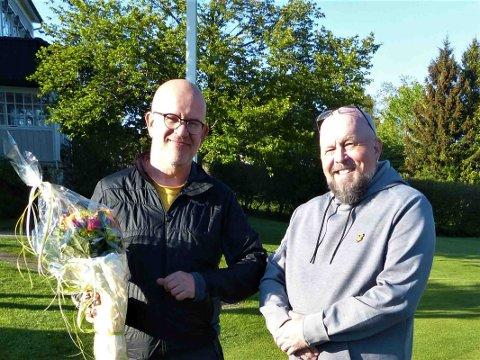 Avtroppende styreleder i Drøbak Golfklubb, Torkel Lien (tv), ønsker påtroppende Tommy Nilsen lykke til videre.