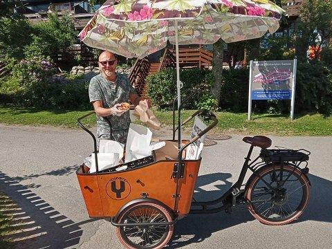 TAR SYKKELEN FATT: Hver søndag setter Erlend Jensen fra Nesodden seg på denne sykkelen for å selge kanelboller til halvøyas befolkning.