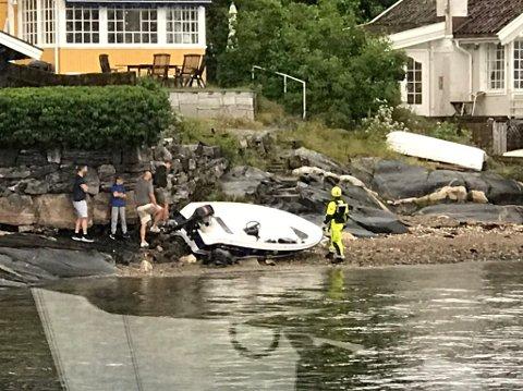 GIKK PÅ GRUNN: Redningsselskapet har tatt dette bildet etter at en førerløs båt gikk på grunn ved Torkildstranda. Mannen som ramlet ut av båten er uskadd.