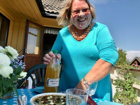 – Jeg har alltid elsket nye oppskrifter, sier Åse Grethe Nordnes Nyborg og skjenker i løvetannsaft.