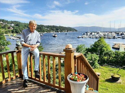 Kjell Finstad (82) har bodd 20 år i det store gule huset i Grisebukta på Fagerstrand, men nå selger han for å flytte utenlands.