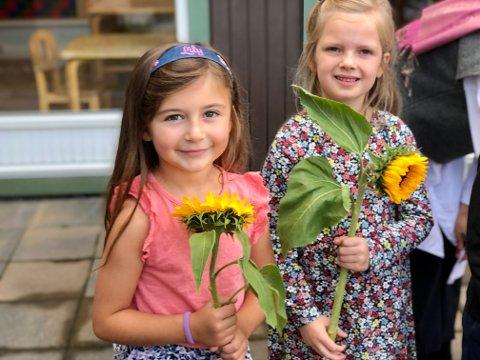 Lily, Nova Mariell og de andcre tolv nye førsteklassingene fikk hver sin solsikke.