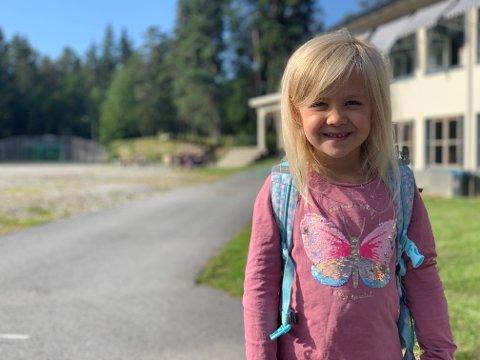 Tale Dammann-Iversen (6) er blant de elleve nye førsteklassingene på Jaer skole. Onsdag var det endelig klart for første skoledag.