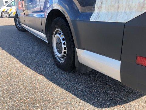 – Denne bilen er ikke laget for en slik belastning. Verken bremser eller understell er beregnet til å tåle en slik last. FOTO: Statens Vegvesen