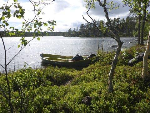 BÅT: Plastbåt ved Roasten. Foto: Nasjonalparkstyret