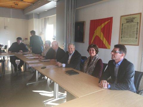 Fra dagens pressekonferanse i Folldal. Frode Røe (lengst til høyre) er nyansatt i Tolga-Os Sparebank og skal jobbe ved kontoret i Folldal.