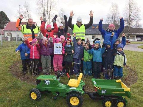Stor stemning: Barna i Tronstua jubler for traktoren MEF kom med på onsdag.