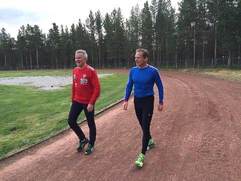Sprekinger: Lensmann Bjørn Tore Grulte hadde besøk av politimester Johan Brekke under idrettsmerkestevnet til politiet.