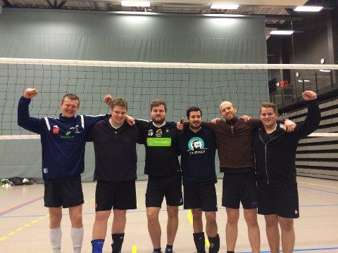 Glade volleyballherrer fra Røros IL, Os IL og Tron VBK, etter to kamper og to seirer i Stjørdalshallen.
