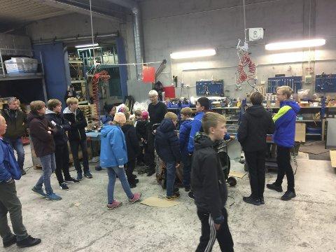 Noe for teknikerne: Norax og Sven Terje Bakkeng hadde mye spennende å vise fra for de 17 TeknoLab- deltakerne som stakk innom torsdag.Alle foto: Trond Findahl