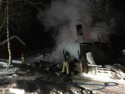 Et uthus på Telneset er ødelagt etter brannen.