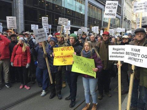 I TOG: Knut Harald Skogli og Kristin Plassen, med gul og grønn plakat, demonstrerte i Oslo. (Arkiv: Tonje H. Løkken)