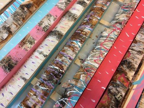 Vedkubber malt av kunstelever ved Røros Kulturskole. Bildene skal komponeres og monteres i samarbeid med kunstneren og bli til 10 bilder som skal pryde konsertlokalene til Vinterfestspillene.