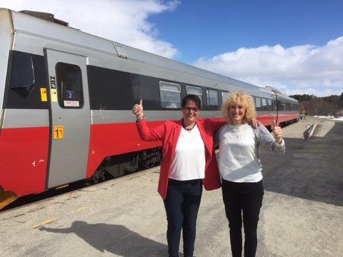 Tolgaordfører Ragnhild Aashaug (t.v.) og Os-ordfører Runa Finborud gleder seg over at NRKs Sommertog også gjør stopper i deres kommuner.