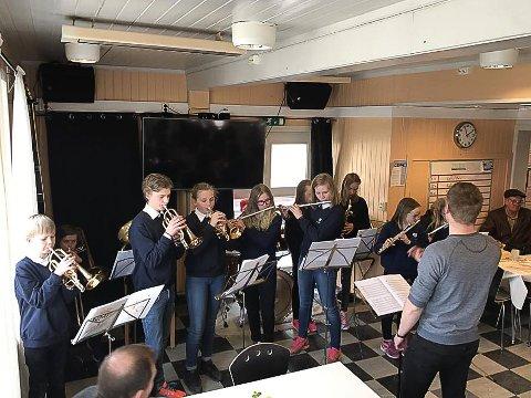 KONSERT: Etter at kakelotteriet var over lørdag, kvitterte korpset med konsert. Dirigent er Simen Vangskåsen.
