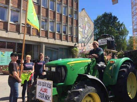 MED LILLE-JON: Hedmark Bondelag tok imot Geir Lohn og Lille-Jon sist Geir var på protesttur til Oslo tilbake i 2017.