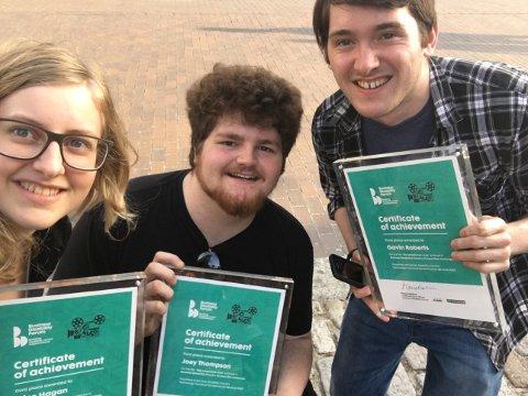 Trine Lysholm Hagan, Gavin Roberts og Joey Thompson med prisen de fikk. Foto: Privat