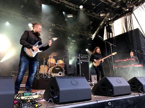 HIAWATHA: Fra  venstre gitarist Frode Vingelsgård Strand, Ole André Bergem på trommer, bassist Eirik Mathias Husum og Svein Okkenhaug Mathiesen på tangenter fylte Livestock-arenaen med trøkk.