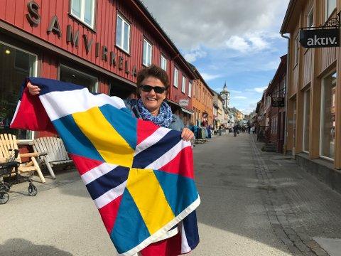 LUFTER SILDESALATEN: Martnassjef Lillian Sandnes har vært på Rørosmuseet og hentet unionsflagget.