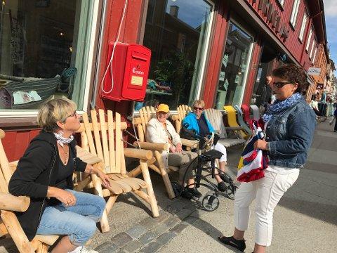 SVENSKER PÅ BESØK: Mens Retten og Lillian tar bilde i Kjerkgata tar noen svenske turister som satt utenfor Palma kontakt og vil høre om unionsflagget.
