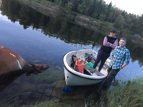 GJORDE LITT AV ET FUNN: Ei død ku lå på grunn i Glåma da Vegard Ringkilen (t.v.) og kameraten Robin Fredheim var på fisketur.