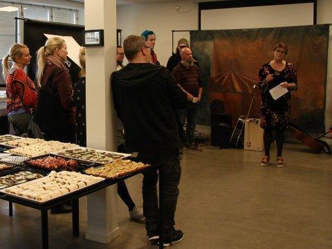 """TYVSTARTET """"ARTUT KULTURFEST"""": Gallerieier Sigrid Martine Jansen fortalte om hvordan kunstnerne i utstillingen """"Lokale Møter hos Kunst & Kaos"""" hadde utviklet samarbeidet seg i mellom."""