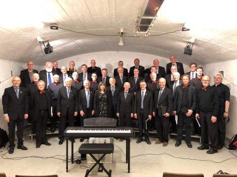 TO MANNSKOR: Mannskoret Ljom (med dirigent May Synnøve Åvik i midten foran) får besøk av Dalen Mannskor, som har Kim André Rønningen til dirigent.