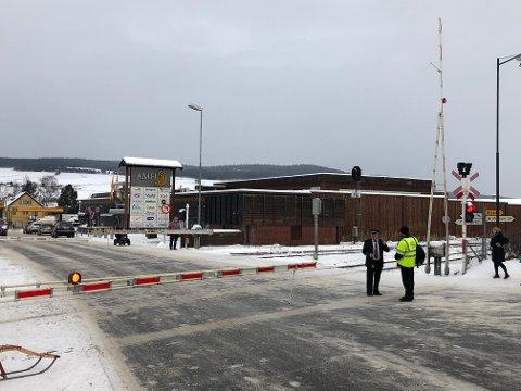 GIKK IKKE NED: Bommen gikk ikke ned når toget skulle passere og en konduktør måtte ta plass på jernbaneovergangen.