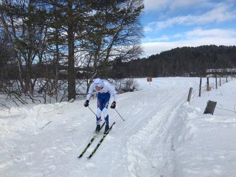 Aadne Bækken hadde beste tid i Berserennets 35-kilometersløype lørdag, her ved vegryssing på Nøra på Os, en knapp mil før målgang.