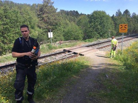 Politibetjent Pål Vegard Nystuen ved ulykkesstedet hvor en mann ble påkjørt av toget nord for Tolga stasjon onsdag formiddag.
