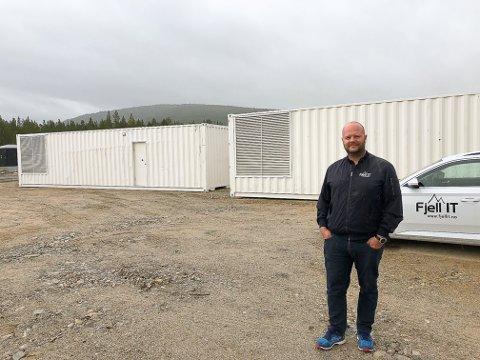 Endelig: Jonny Andersen foran to av de 40 fots containerne som har ankommet datasentertomta på Plassen.