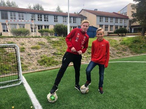 Fotballspillere: Sigmund Løvlien-Krokhaug fikk instrukser av a-lagsspiller Erling Kleppo Vangen under fotballdelen.