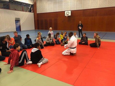 Ikke bare harde tak: Disiplin er viktig i judo og leder Hassan Mahdi fikk elevenes oppmerksomhet.