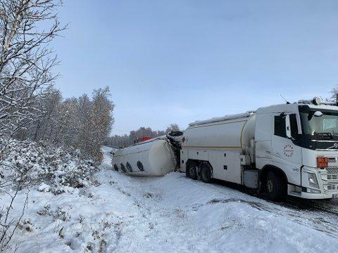 En lastebilhenger har veltet og ligger i grøfta på riksvei 3 ved Bubakken mellom Tynset og Kvikne.
