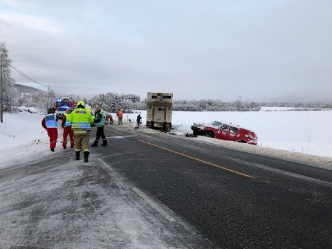 Det var totalt fire personer involvert i ulykken; tre i personbilen og én i vogntoget. Foto: Jan Kristoffersen