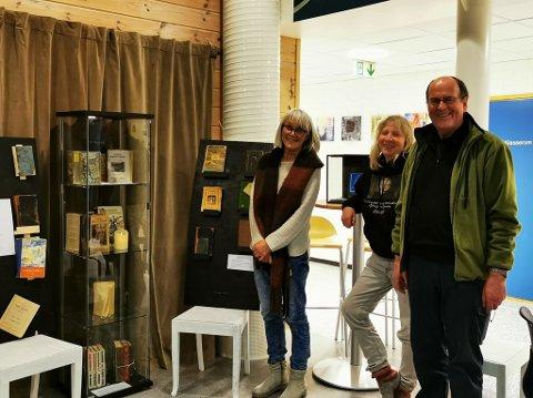 STOLTE: F.v Jorid Stai, biblotekar Anne Brønner og Egil Ween viser stolt frem utstillingen til Arbeidets Rett.