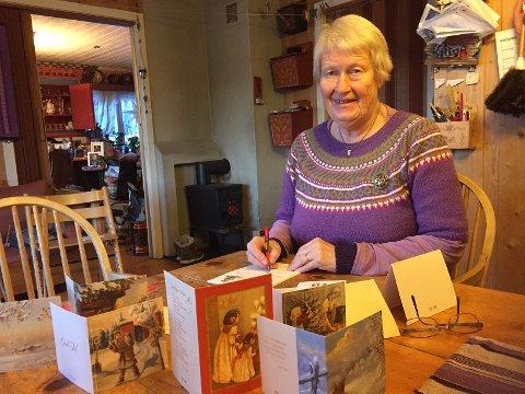 KOSELIG TRADISJON: Kristine Prestmoen Tallerås synes det er så koselig med håndskrevne julekort til slekt og venner.