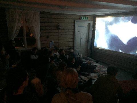 """Film: Med madrasser på gulvet og laken på veggen ble kvelden avsluttet med """"Fluenes herre"""""""