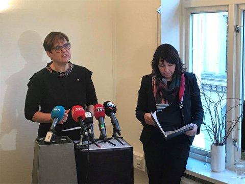 Ordfører Ragnhild Aashaug (t.v) og rådmann Siv S. Sjøvold under framleggelsen av rapporten om Tolga-saken i Oslo.