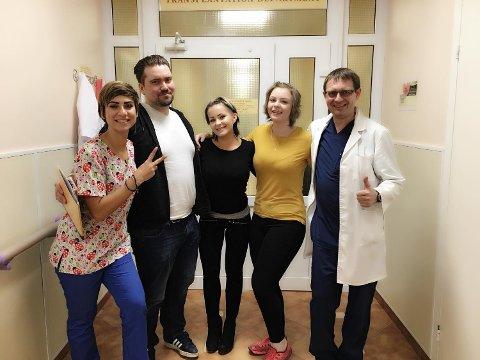 Ett år etter stamcelletransplantasjonen kunne Dr. Fedorenko (f.h) komme med den gode nyheten. Behandlingen var vellykket og Ingrid Elisabeth Thoresen trenger ikke å bekymre seg for MSen lenger. Her sammen med Karina Haaland, Øyvind Fjotland og Anastasia Panchenko.