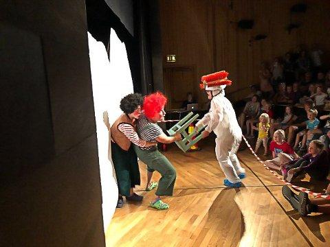 Teater: Karius og Baktus må slåss mot tannbørsten i år også.