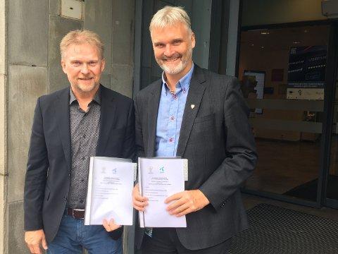 AVTALE: Steinar Næss, regiondirektør i Telenor Norge AS, og Erlend Solem, fylkesdirektør i Trøndelag fylkeskommune, med signeringsdokumentet.