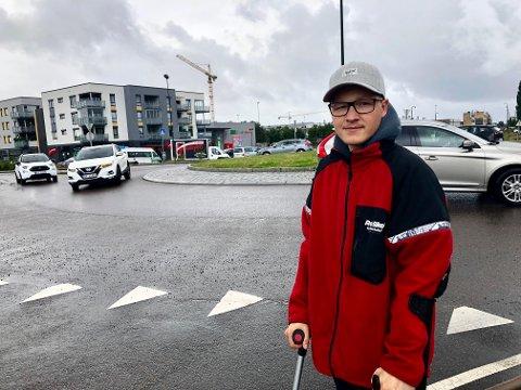 REDD: Kjell Håkon Næss var redd for å bli påkjørt da han ble liggende i rundkjøringen på Melløs.