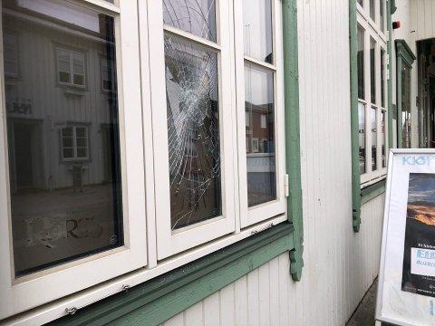 Her ved Reiselivets Hus er det utført skadeverk.