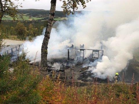 Brannvesenet kom til stedet like etter klokka 15, men allerede en time senere var hytte brent ned til grunnen.