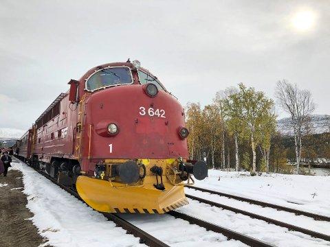 NOHAB: Jubileumstoget fra Hamar via Elverum til Trondheim og Grong trekkes av et gammelt, klassisk NOHAB-diesellokomotiv (Di3). (Foto: Bjørn-Frode Løvlund)