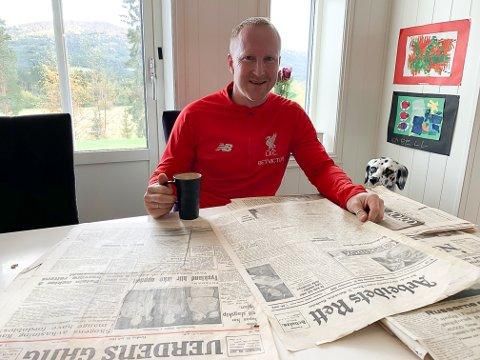 Sikret seg lesestoff: Tommy Skårn har bordet fullt av gamle aviser etter at han startet oppussing av et gammelt hus på Telneset.
