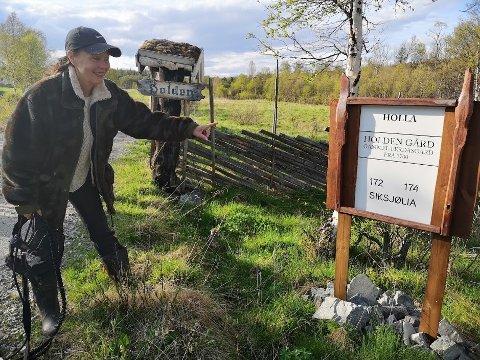 Ordner sjøl: Skiltet som viser veien inn til gården har Magna selvfølgelig snekret selv, av blant annet gamle ljåskaft.