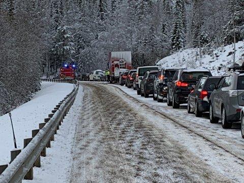 Det oppsto lange køer i forbindelse med trafikkulykken ved Dragåsen i Holtålen onsdag. En personbil, en lastebil og en buss var involvert.