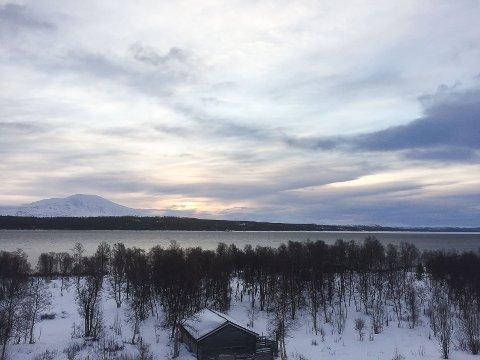 UVANLIG: Åpent vann på Femunden i januar er uvanlig. Hundekjørere skal imidlertid  kunne ferdes trygt over innsjøen da den sørlige delen og krysningspunktet til Femundløpet er belagt med rundt 25 centimeter tykk is. Bildet er tatt 23. januar 2020.